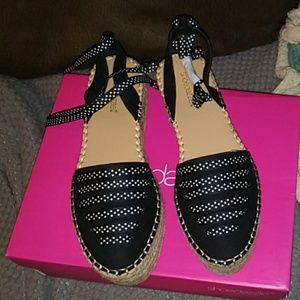 NEW IN BOX CUTE SANDALS by SHOE DAZZLE